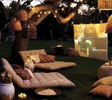 A może kino w ogrodzie? Na jesienne wieczory z przyjaciółmi :) do tego ciepłe koce i jest idealnie