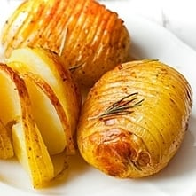 """Ziemniaki Hasselback  """"Najlepszy przepis na ziemniaki Hasselback z rozmarynem. Pieczone w garnku żeliwnym lub naczyniu żaroodpornym pod pokrywą, dzięki czemu są mocno chrup..."""