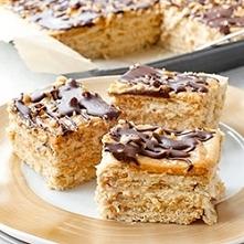 """Ciasto Snickers bez pieczenia """"Ciasto Snickers na herbatnikach, z kajmakowo-orzechową masą budyniową, orzeszkami ziemnymi i polewą czekoladową. Pyszne, proste i szybkie cia..."""
