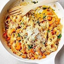 Carbonara dyniowa Składniki 2 porcje 150 g makaronu spaghetti lub tagliatelle 2 łyżki oliwy 125 g boczku wieprzowego 2 ząbki czosnku 300 g dyni 3 łyżki posiekanej natki pietrusz...