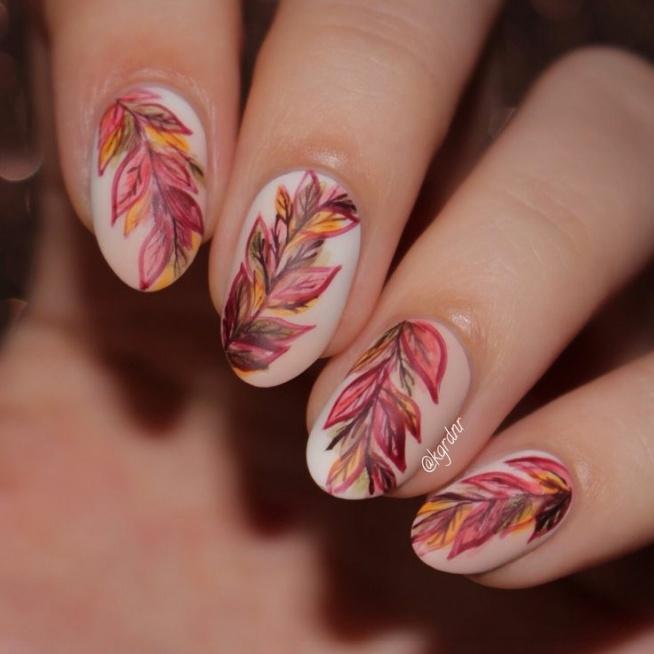 Warto w takie wieczory zainspirować się porą roku i stworzyć nietypowe i jakże piękne paznokcie. Nie ma granic kreatywności i napewno taki manicure zostanie zauważony.