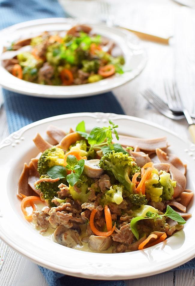 Makaron tagliatelle z sosem serowym i brokułami