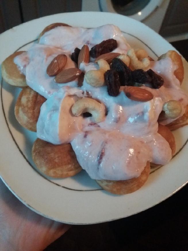 Mini naleśniki, jogurt grecki z dużą zawartością białka, dżem truskawkowy, mieszanka bakaliowa słodkoo! :)