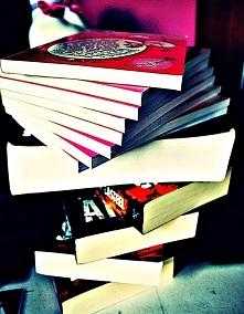 W chłodne wieczory uwielbiam czytać książki, to chyba jedna z klasycznych przyjemności w takie dni, ale uważam że jest ponadczasowa i niezwykle rozwijająca. Dzięki powieścią mog...