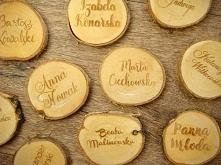 grawerowane winietki na plastrach drewna, więcej info na stronie jotstudio.pl