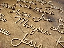 drewniane winietki w postaci wyciętych imion, więcej info na stronie jotstudi...