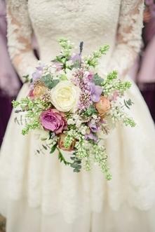Bukiet ślubny w delikatnych kolorach.