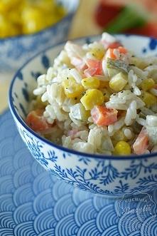 Sałatka ryżowa z rybą wędzoną