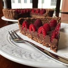Fit tarta czekoladowa z malinami: ✅ Wartości odżywcze w 1 porcji: Białko: 12,1g Tłuszcze: 13,4g Węglowodany: 21,4g Kalorie: 297 ☑️ Składniki: Spód – 100g pestek dyni – 125g wiór...