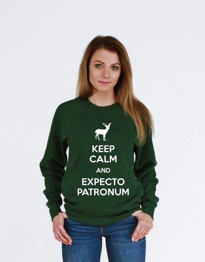 Bluza z nadrukiem KEEP CALM AND EXPECTO PATRONUM - bluza potterheads z napisami. Modna młodzieżowa bluza damska i bluza męska z nadrukiem fandomowy. Fajna bluza dla dziewczyn i dla chłopaków z zaklęciem - super pomysł na prezent.