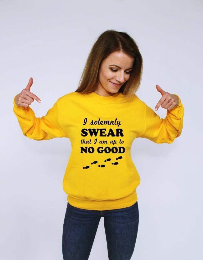 Świetna bluza blogerska z napisem I SOLEMNY SWEAR THAT I'M UP TO NO GOOD - modna bluza dla nastolatków (krój unisex - bluza damska i bluza męska) w stylu street / skate z cytatem. Świetny pomysł na prezent - oryginalna bluza hipsterska oversize (szeroka luźna bluza) bez kaptura ze ściągaczami dla fanów. Fandomowa bluza młodzieżowa dla dziewczyn i chłopaków - świetnie pasuje do legginsów, spodni, spódniczek czy trampek. Nadruki na bluzy trwałe nie spierają się, dobry gatunkowo materiał. DO wyboru aż 11 kolorów, duże i małe rozmiary.