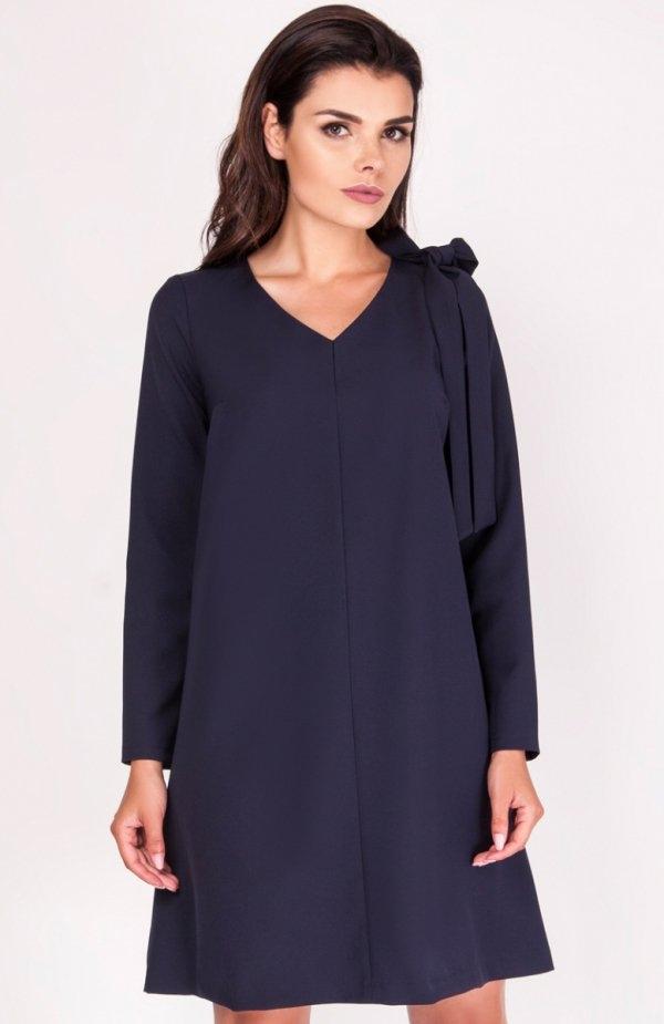 Nommo NA204 sukienka granatowa Wygodna sukienka, rozkloszowany fason, ramię ozdobione wiązaniem