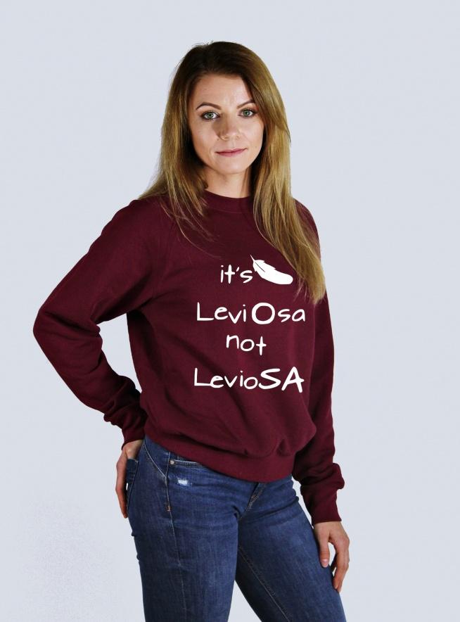 Modna blogerska bluza hipster z nadrukiem - bluza damska i męska z napisami IT'S LEVIOSA NOT LEVIOSA. Świetna bluza  z nadrukiem LEVIOSA - pomysł na prezent dla fana. Oryginalna bluza skate oversize - luźna szeroka bluza dresowa bawełniana z napisami - fandomowa bluza harry potter. Dostępna w zakładce UBRANIA DLA FANÓW . Do kupienia w 11 kolorach, duże i małe rozmiary. Nadruki na bluzy trwałe i niespieralne. Młodzieżowa bluza z nadrukiem dla fanów - fajna bluza na co dzień, do kina, do szkoły. Pasuje do stylizacji blogerskich i streetwear - do spodni, legginsów, szortów.