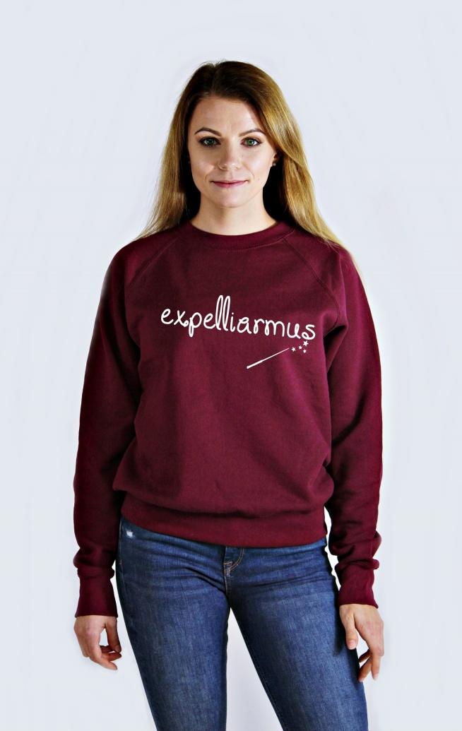 Bluza EXPELLIARMUS - bluza z zaklęciem. Modna młodzieżowa bluza z nadrukiem - blogerska bluza damska i bluza męska z napisem EXPELLIARMUS. Fajna bluza fandomowa dla nastolatków - bluza z nadrukiem do szkoły, do kina, na spacer - wygodna i ciepła luźna bawełniana bluza dresowa wkładana przez głowę ze ściągaczami.