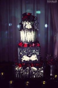 Ślub  w stylu Halloween? Można! Więcej inspiracji halloweenowych na weselenaoku.pl. Jak podoba Wam się ten straszny tort? :)  Zdj. via elegantweddinginvites.com