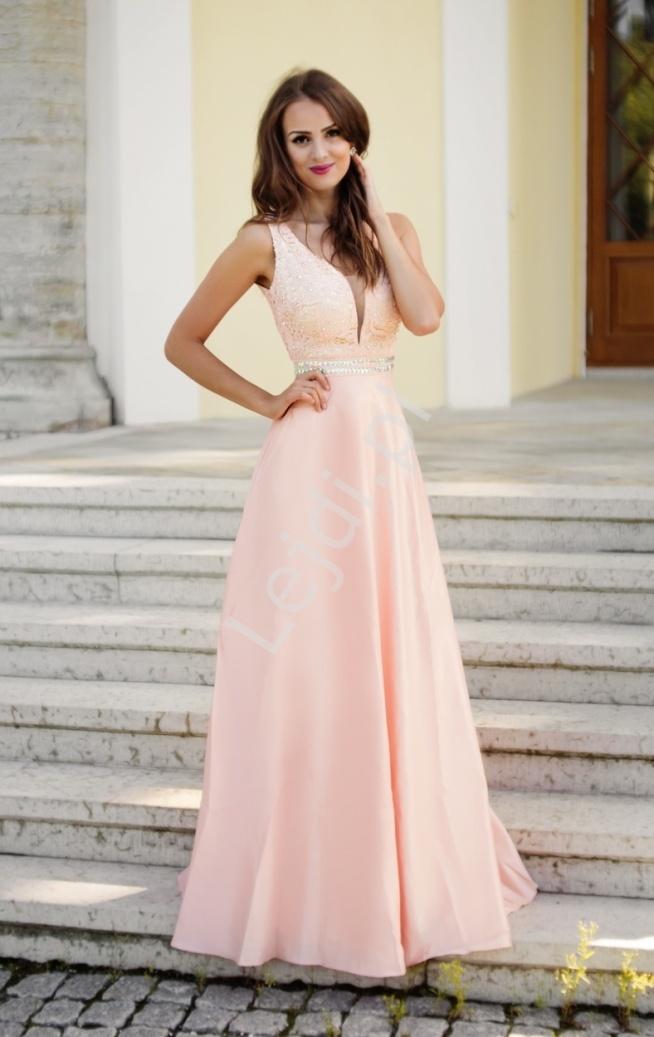 Zjawiskowa różowa długa suknia wieczorowa. Suknia z górą zdobioną gipiurową koronką naszytą na złotą podszewkę, koronka ozdobiona  błyszczącymi kryształkami. Dekolt głęboki osłonięty beżową siateczką. Suknia z pięknie podkreśloną talią, obszytą kryształkami i koralikami. Dół sukni rozszerzany, wykonany z grubej satynobawełny z podszewką. Zapinana z tyłu na zamek. Doskonała np na studniówkę jak również dla druhen czy jako suknia na wesele. Suknia wykonana z najwyższą starannością.