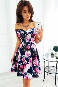 Granatowa sukienka z opadającym kołnierzem w kwiaty
