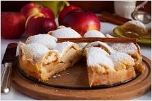szarlotka z połówkami jabłek  źródło; ilovebake.pl