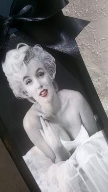 Skrzynka na wino z Marilyn Monroe z okazji urodzin.