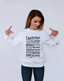 Bluza ZAKLĘCIA. Modna młodzieżowa bluza damska i bluza męska (model unisex) z nadrukiem ZAKLĘCIA. Fajna bluza fandomowa - świetny pomysł na prezent dla fana i fanki. Oryginalna ...