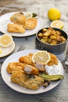 Ryba w cieście piwnym z sosem tatarskim i pieczonymi ziemniakami - przepis po...