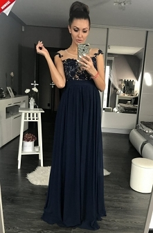 Długa suknia pięknie ozdobi...