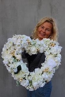 serce ze sztucznych kwiatów...