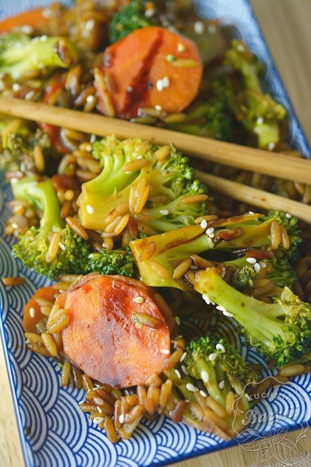 Szybki ryż z brokułami i marchewką