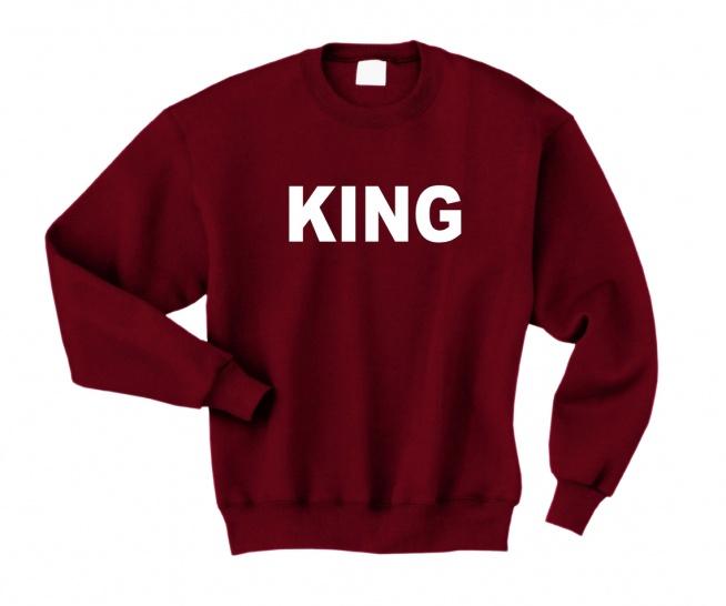 BLUZA DLA PAR KING - męska bluza walentynkowa dla Niego. Bluza męska z napisem KING - modna bluza dla Niego z nadrukiem King król. Bluza z kolekcji BLUZY DLA PAR ZAKOCHANYCH z kompletu bluzy dla dwojga - KING i QUEEN. Oryginalna bluza dla chłopaka z nadrukiem - klasyczna dresowa bawełniana bluza hipster z napisami. Świetny pomysł na prezent dla chłopaka / dla Niego na Walentynki / na rocznicę i inne okazje. Słodkie bluzy dla Niej i dla Niego do kompletu. Bluza do kupienia w 11 kolorach. Duże i małe rozmiary S do XXL. Bluza typu oversize szeroka luźna bluza dresowa bez kaptura. Bluza na Walentynki - pomysł na prezent dla chłopaka. Nadruki na bluzy trwałe. Bluza na walentynki dla chłopaka.