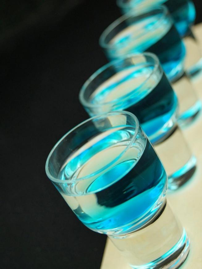 Ready or not Składniki: 100 ml białego rumu 50 ml Malibu kilka kropli syropu blue curacao do każdego kieliszka lód Wykonanie: Malibu i rum wstrząsnąć z lodem. Przecedzić do kieliszków, do każdego dodać po kilka kropli syropu.