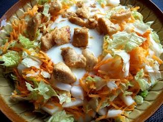 kurczak w sosie czosnkowym na kapuście pekińskiej.