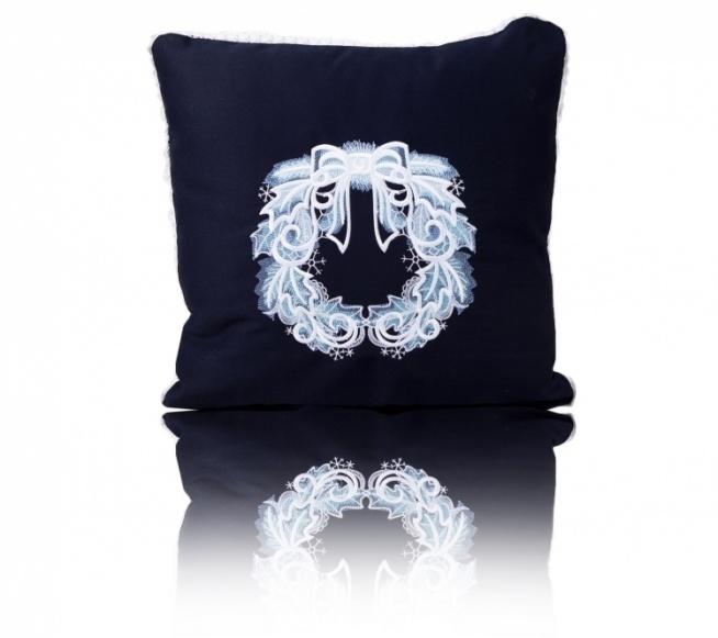 Świąteczna poduszka z pięknym haftem w formie stroika Świątecznego. Pozytywka zaprasza do zakupów! Kliknij w zdjęcie aby kupić