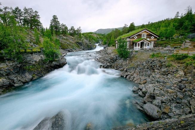 Nie można mieć złudzeń, Norwegia jest stosunkowo droga na wakacyjne wojaże. Skorzystanie z bogatej infrastruktury kempingowej, jest najtańszą formą odwiedzenia tego pięknego kraju. Oto kilka przydatnych informacji jak przygotować się do wyjazdu.