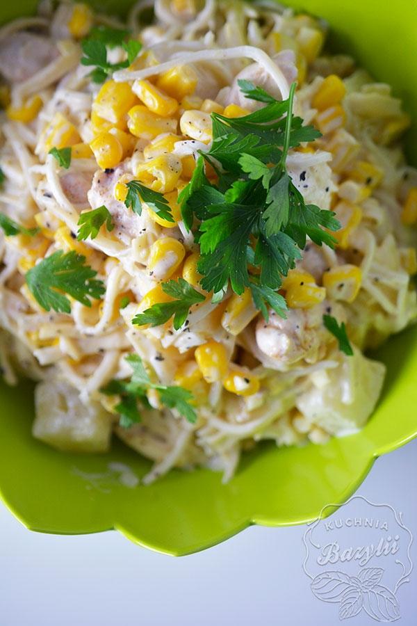 Sałatka z kurczakiem, kukurydzą, selerem i ananasem Składniki 500 g piersi z kurczaka puszka kukurydzy puszka krojonego ananasa słoik selera w zalewie 150 g żółtego sera 3-4 łyżki majonezu łyżeczka słodkiej papryki ząbek czosnku sól i pieprz do smaku olej do smażenia kurczaka Przepis 1 Pierś z kurczaka kroimy w kostkę, posypujemy papryką i smażymy razem z posiekanym czosnkiem na odrobinie oleju do zrumienienia. Przekładamy do miski. 2 Następnie do kurczaka dodajemy odcedzonego ananasa, kukurydzę, seler oraz starty na grubych oczkach ser. 3 Całość mieszamy z majonezem oraz doprawiamy pieprzem oraz solą. Można posypać słonecznikiem :)