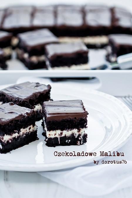 EKSTREMALNIE CZEKOLADOWE CIASTO 'CZEKOLADOWE MALIBU' Składniki na ciasto: 55 g gorzkiej czekolady (70%), połamanej na małe kawałki 85 g kakao 200 ml wrzącej wody 145 g mąki pszennej 1 łyżeczka sody oczyszczonej pół łyżeczki proszku do pieczenia szczypta soli 90 g masła 200 g drobnego cukru do wypieków (lub nieznacznie mniej) 50 g ciemnego cukru muscovado 2 jajka 250 ml mleka kokosowego, w temperaturze pokojowej Wszystkie składniki powinny być w temperaturze pokojowej. Czekoladę i kakao umieścić w miseczce, zalać wrzącą wodą. Wymieszać, do rozpuszczenia się czekolady i uzyskania gładkiej masy. Przestudzić. Mąkę, sodę, proszek, sól - przesiać, odłożyć. Oba cukry wsypać do misy miksera i wymieszać. Dodać do nich roztopione masło, krótko zmiksować. Wbijać jajka, jedno po drugim, miksując do uzyskania puszystej i jasnej masy. Powoli wlewać mleko kokosowe, na przemian z przestudzoną czekoladą; zmiksować. Dodać przesiane suche składniki (mąka, soda, proszek i sól). Wymieszać szpatułką tylko do połączenia się składników, nie dłużej. Kwadratową formę o boku 23 cm wyłożyć papierem do pieczenia (samo dno). Przelać gotową masę. Piec w temperaturze 180ºC przez około 40 minut, lub dłużej. Najważniejsze, by piec do tzw. suchego patyczka. Ciasto wyjąć, całkowicie wystudzić (można upiec dzień wcześniej). Krem kokosowy: 1/3 szklanki (ok. 80 ml) śmietany kremówki 30% lub 36%, schłodzonej 220 g serka mascarpone, schłodzonego 1/3 szklanki cukru pudru (lub więcej, do smaku) pół szklanki wiórków kokosowych 2 łyżki likieru kokosowego np. Malibu Śmietanę kremówkę, cukier puder i serek mascarpone umieścić w misie miksera i ubić do powstania gęstego, sztywnego kremu. Dodać wiórki, likier, wymieszać szpatułką do połączenia. Ciasto przekroić na 2 blaty, przełożyć kokosowym kremem. Wierzch udekorować polewą. Schłodzić. Kroić na kwadraty, podawać. Polewa czekoladowa: 125 ml mleka kokosowego 125 g gorzkiej czekolady (70%) Mleko kokosowe doprowadzić do wrzenia. Zalać nim połamaną czekoladę. Poczeka