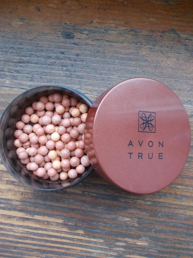 Ładnie różnokolorowe perełki zamknięte w poręcznym zakręcanym pudełku starczają na naprawdę długo. Perełki ładnie nadają efekt opalonej cery,który można stopniować. OCENA 4,5/5