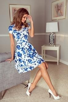 Rozkloszowana sukienka z niebieskimi kwiatami na białym tle ;) od mormia :)