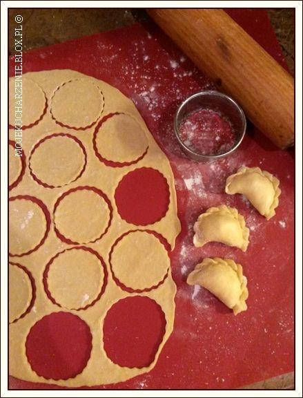 idealne ciasto na pierogi Składniki : 250 g mąki pszennej ( u mnie typ 650) 3 łyżki oleju szczypta soli 1 jajko pół szklanki wrzątku (125 ml) + dowolny farsz - zrobiłam trochę ruskich i trochę z mięsem Mąkę i sól wsypać do miski, zalać wrzątkiem, wymieszać i odstawić, by przestygła. Do przestudzonej mieszanki dodać olej i jajko, zagnieść miękkie, elastyczne ciasto. Przykryć i odstawić na 15 minut. Na oprószonym mąką blacie wałkować kawałki ciasta, wycinać krążki, nakładać farsz i zlepiać pierogi. Wrzucać je partiami na osolony wrzątek, gotować 2 minuty od wypłynięcia na powierzchnię. Podawać z ulubionymi dodatkami