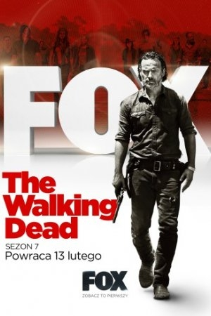 """ŻYWE TRUPY (2010-) THE WALKING DEAD  """"The Walking Dead"""" to serial Franka Darabonta, reżysera filmów """"Skazani na Shawshank"""" i """"Zielona mila"""", oraz Gale Anne Hurd, producentki """"Terminatora"""", """"Obcego"""", """"Armagedonu"""" i """"Niesamowitego Hulka"""", oparty na bestsellerowym komiksie Roberta Kirkmana. Serial opowiada o czasie następującym po pandemicznej apokalipsie, po której świat opanowały zombie. Szeryf Rick Grimes (Andrew Lincoln) podróżuje wraz z rodziną i z garstką ocalałych, w bezustannym poszukiwaniu bezpiecznego schronienia. Ciągła presja oraz codzienne zmagania się z zagrożeniem i śmiercią zbierają krwawe żniwo, popychając wielu ku otchłani najgłębszego ludzkiego okrucieństwa. W trakcie walki o przeżycie swojej rodziny, Rick odkrywa, że wszechogarniający strach ocalałych może być dużo bardziej niebezpieczny, niż przemierzające świat zombie."""