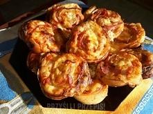 Francuskie przekąski z kiełbasą i serem żółtym SKŁADNIKI: 1 op ciasta francus...
