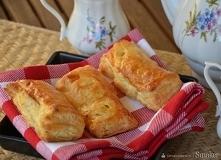 BARDZO PROSTE Ciasto francuskie z bananem i czekoladą  SKŁADNIKI :  gotowe ciasto francuskie, 1banan, 1tabliczka czekolady MLECZNEJ najlepsza jest milka, 1jajko   WYKONANE :  Na...
