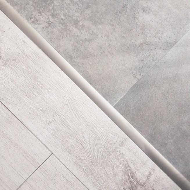 podłoga - jasne panele i betonowe płytki <3