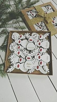 Drewniane, białe reniferki z imionami na choinkę.