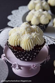 Babeczki czekoladowe z wiśniami i kremem kokosowym