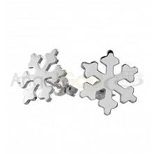 Niezwykle efektowne, świąteczne kolczyki w kształcie śnieżynek. W całości wykonane są ze srebra próby 925, płatki śniegu dodatkowo są polerowane dzięki czemu przepięknie się bły...