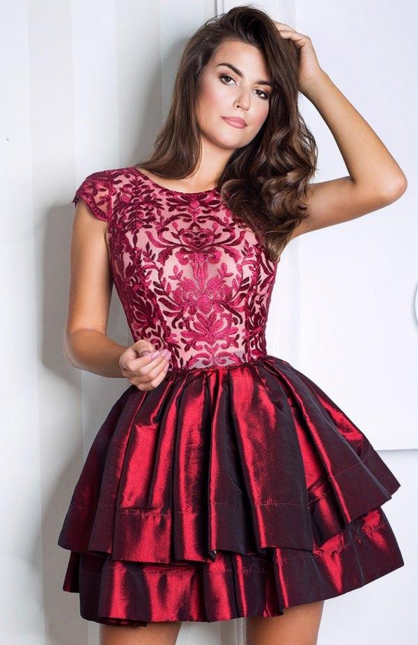 Monnom Karla sukienka Elegancka sukienka wieczorowa, góra dopasowana ozdobiona piękną koronką o roślinnym wzorze, podszyta cielistym tiulem
