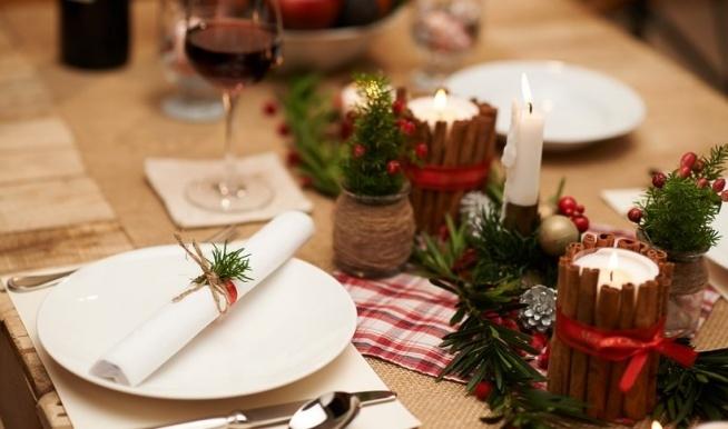Przygotowanie świątecznego wigilijnego stołu: -1 duży stół -kilkanaście nakryć + jedno dodatkowe -1 piękna, świąteczna zastawa -dużo świątecznych ozdób (gałązki świerku, ozdobne świeczki i serwetki)