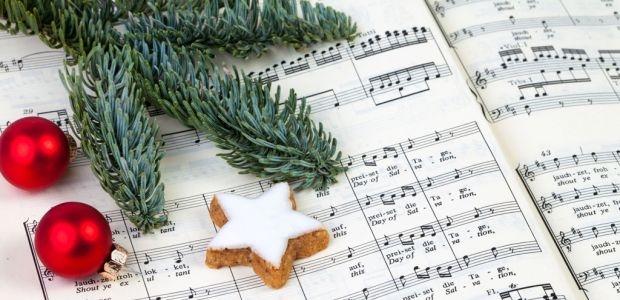Śpiewanie kolęd (obowiązkowo): -mnóstwo chęci -duzo uśmiechów -kilka sopranów i basów -3 dziecięce alty -1 śpiewnik kolędowy (dla tych co nie pamiętają słów)