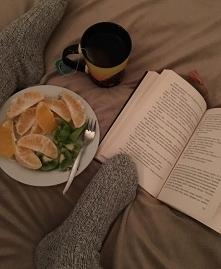 Definicja idealnego zimowego wieczoru - gorąca herbata, kocyk, dobra książka,...