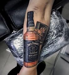 tatuaże 3d jack daniels na ręce